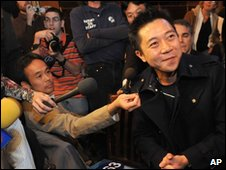 Hong Kong businessman Hoffman Ma (right), who bought the glove, at Hard Rock Cafe in New York on 21 November 2009