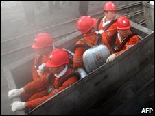 Chinese rescuers make their way into the Hegang mine, 22 November 2009