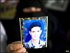 A Palestinian woman in Gaza holds a picture of a relative held in an Israeli prison (16 November 2009)