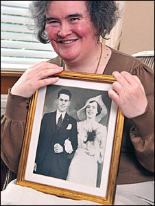 Susan Boyle with a picture of her parents