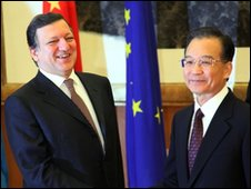 European Commission President Jose Manuel Barroso (L) and Chinese Prime Minister Wen Jiabao (R) in Nanjing - 30 November 2009