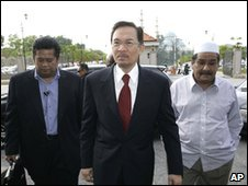 Malaysian opposition leader Anwar Ibrahim arrives at court
