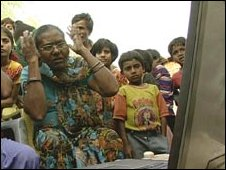 People in slums watch footage of Bhopal disaster