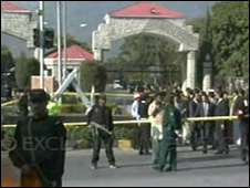 Security forces cordon off the site of the blast in Islamabad (2 December 2009)