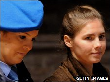 Amanda Knox (r) led into court