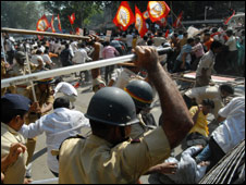 Police beat up protesters in Mumbai on 3 Dec 2009