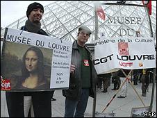 Striking staff outside Louvre, 3 Dec 09