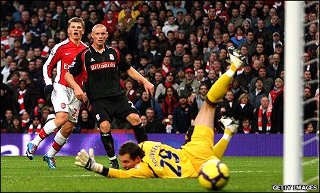 Andrey Arshavin (left) scores Arsenal's winner