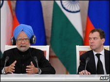 Indian Prime Minister Manmohan Singh (L) speaks at a press conference with Russian President Dmitry Medvedev (R) at the Kremlin in Moscow on December 7, 2009.