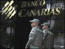Soldiers outside a Banco Canarias branch
