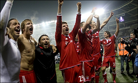 Bayern Munich celebrate qualification for the last 32