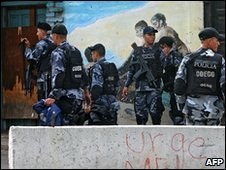 Police outside the Brazilian embassy in Tegucigalpa, Honduras (27 Nov 2009)