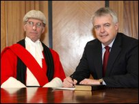 Mr Ustus Nigel Davis a Carwyn Jones