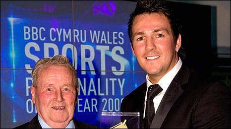 Head and shoulders image of Arthur Jones being given the award by Matthew Jones