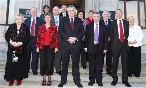 Aelodau cabinet newydd Carwyn Jones ag eithrio Jane Davidson a Jocelyn Davies y tu allan i'r Cynulliad ym Mharc Cathays