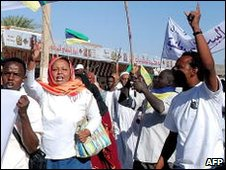 Sudanese opposition supporters shout slogans in Khartoum, 07/12