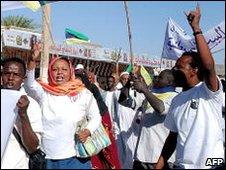 Sudanese opposition supporters shout slogans in Khartoum, 07/12