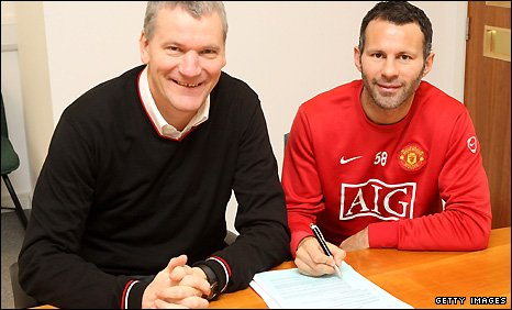 Manchester United chief executive David Gill (left) with Ryan Giggs