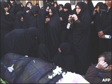 Iranian women next to Grand Ayatollah Hoseyn Ali Montazeri's body in Qom on 20 December 2009