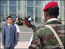 Andry Rajoelina in front of soldier (file photo)
