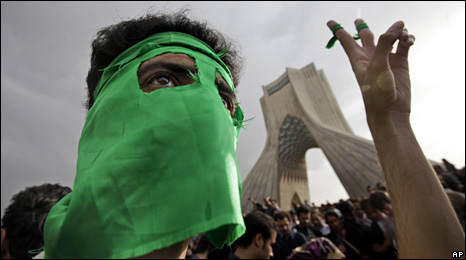 A demontrator in Tehran wearing a green mask (15 June 2009)