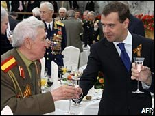 Russian President Dmitry Medvedev toasts vodka with World War II veterans in Moscow, 9 May 2009