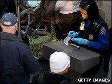 Passengers have their identity checked at Ronald Reagan Washington National Airport in Arlington, Virginia (29.12.1009)