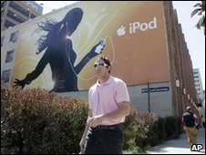 Man using ipod