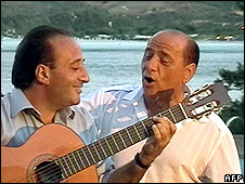 Silvio Berlusconi (right) singing as Mariano Apicella plays guitar (2003 pic)