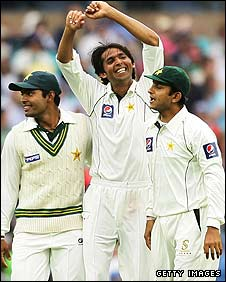 Mohammad Asif celebrates a wicket in Sydney