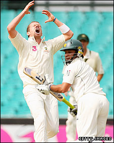 Peter Siddle reacts to a dropped catch
