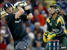 England batsman Kevin Pietersen and Pakistan wicketkeeper Kamran Akmal