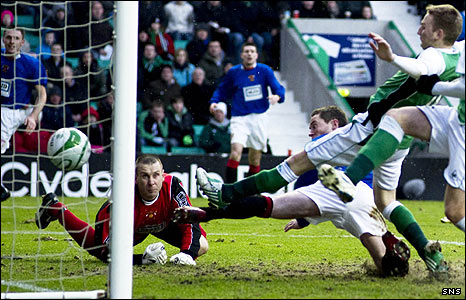 Derek Riordan pokes Hibs into the lead at Easter Road