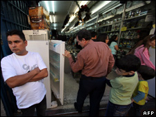 Shoppers look at imported appliances in Caracas (9 January 2010)