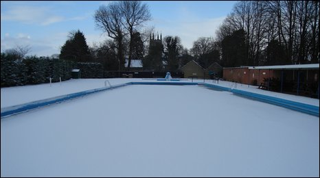 Bbc in pictures january snow for Outdoor swimming pool leicester