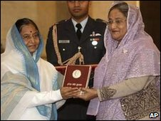 Sheikh Hasina (R) receives the Indira Gandhi Prize for Peace, Disarmament and Development from Indian President Pratibha Patil