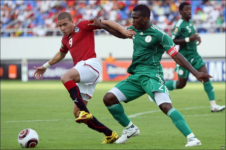 Mohamed Zidan vies for the ball with Yobo Michae