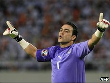 Egyptian goalkeeper Esam el-Hadary celebrates after his team beat Nigeria