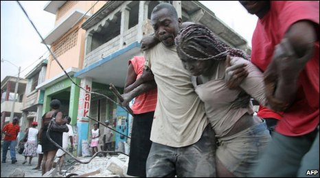 People in rubble in Port-au-Prince, Haiti (13 Jan 2009)