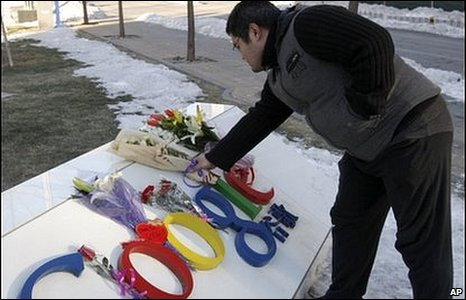 A Chinese Google user presents flowers to the Google China headquarters in Beijing, Wednesday, 13 Jan, 2010