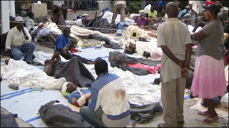 Injured people gathered at the office of Medecins Sans Frontieres in Port-au-Prince (13 January 2010)