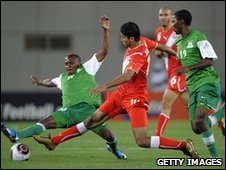 Oussama Darragi (C) of Tunisia and Felix Katongo (L) of Zambia contest the ball