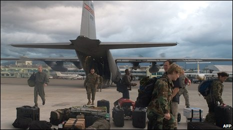 US soldiers unload gear in Haiti (13 Jan 2010)