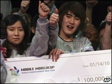 Ha Mok-win (left) and Bae Yeong-ho hold their prize cheque for $100,000 in New York City - 14 January 2010