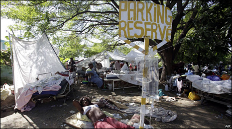 Makeshift hospital in Port-au-Prince (15 January 2010)