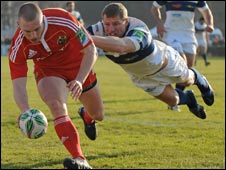 Keith Earls touches down for a Munster try