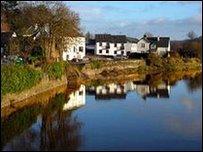 Afon Wysg yng Nghaerllion (Llun: Steve Westhead)