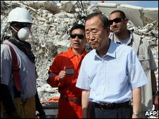 Ban Ki-moon visits the UN headquarters in Port-au-Prince, 17 January 2010