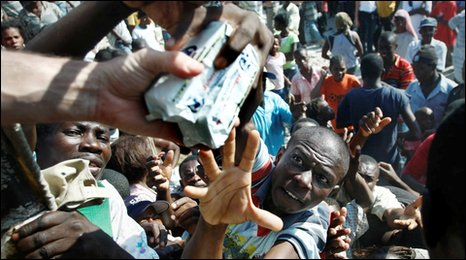 People grab at food in Port-au-prince