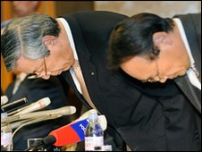 JAL President Haruka Nishimatsu (L) and acting COO Masato Uehara bow their heads in apology at a news conference in Tokyo announcing restructuring plans - 19 January 2010